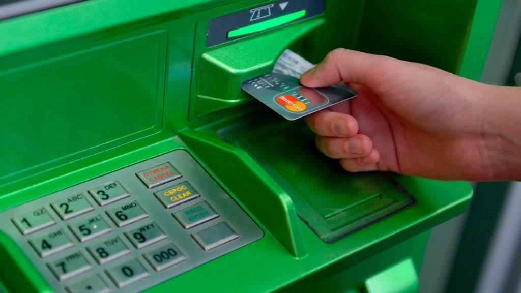 Существует шанс задержки зарплатных платежей лицу с новым именем или фамилией