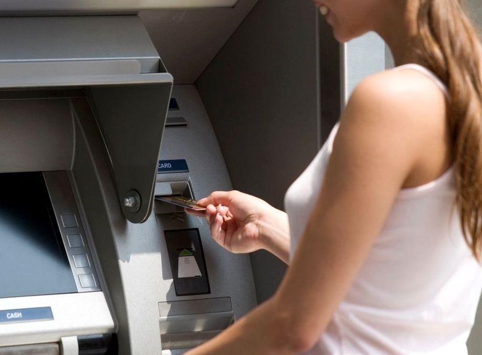 Вставляют карту в банкомат