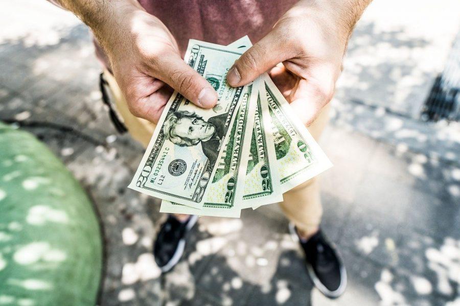 Несовершеннолетним запрещены валютные переводы