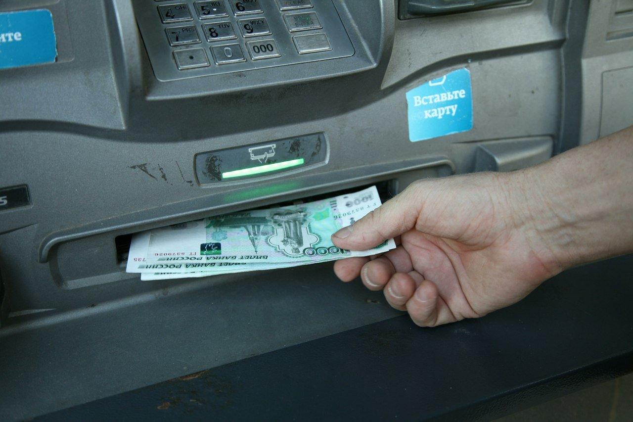 Снимать наличность в банкомате