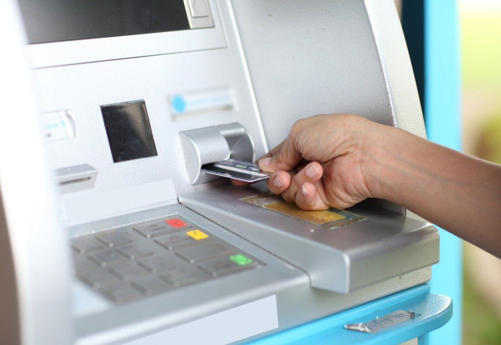 Обналичивать деньги в банкомате