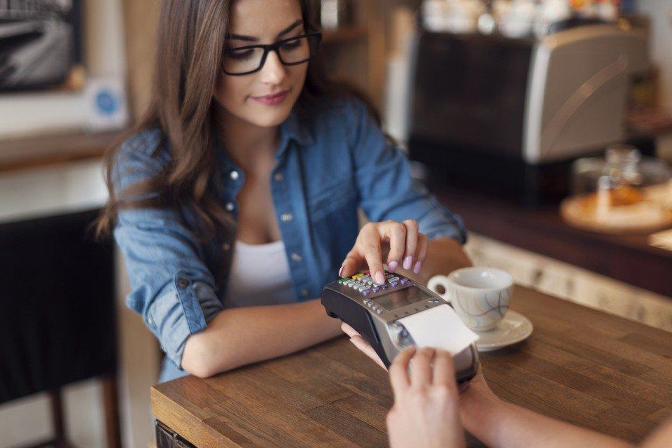 В кафе расплачиваться картой