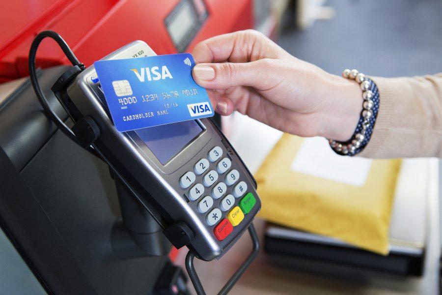 Данные карточки считываются терминалом